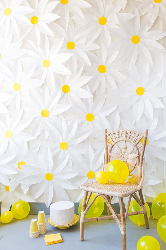 A suggestion for a photo backdrop made up of paper daisies